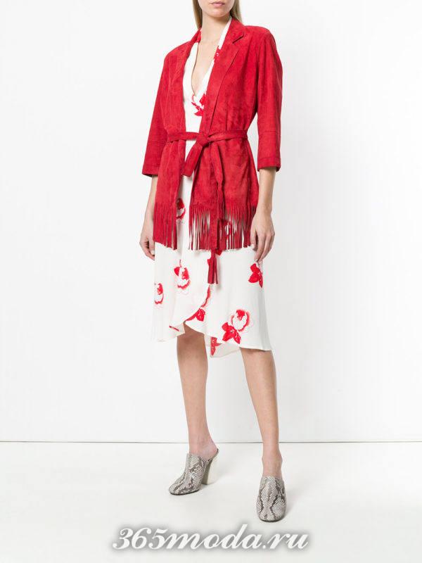 красный замшевый кардиган и платье с принтом