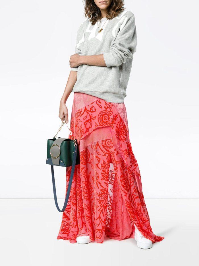 юбка макси с принтом и серая толстовка весна лето