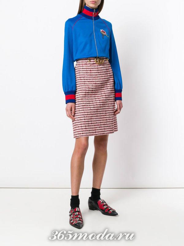 юбка с принтом и синяя блуза весна лето