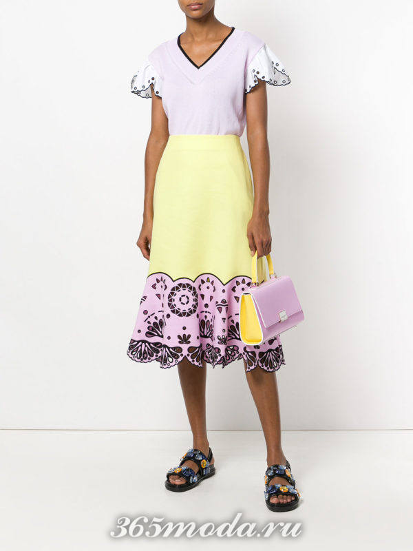 желтая юбка с декором и блуза весна лето