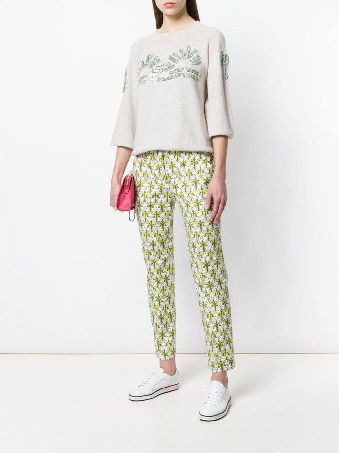 брюки с принтом и свитер с декором весна лето