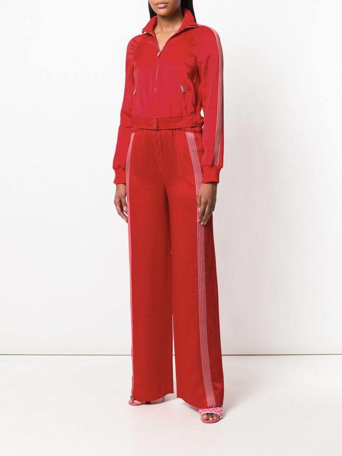 красные брюки с лампасами и блуза весна лето