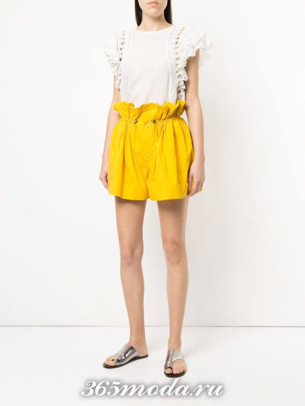 желтые шорты и топ с рюшами весна лето