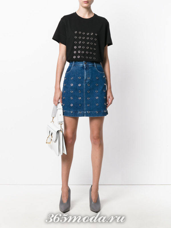 джинсовая мини юбка и черная футболка с декором