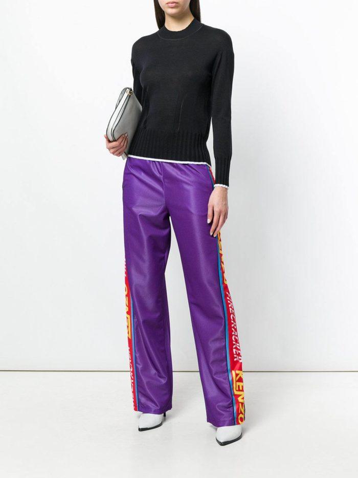 яркие брюки с лампасами и свитер весна лето