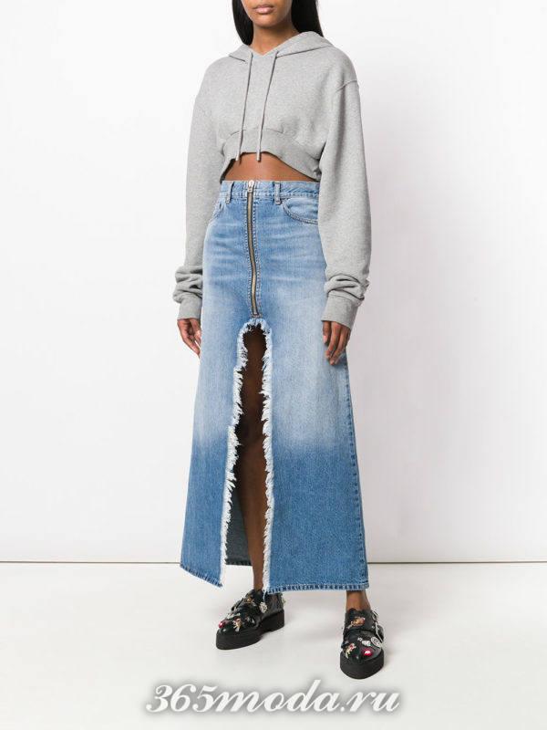 джинсовая юбка макми и серая толстовка