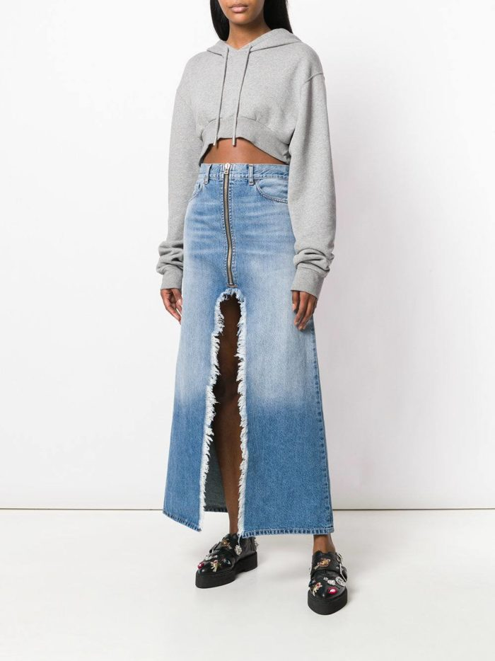 джинсовая юбка макси и серая толстовка