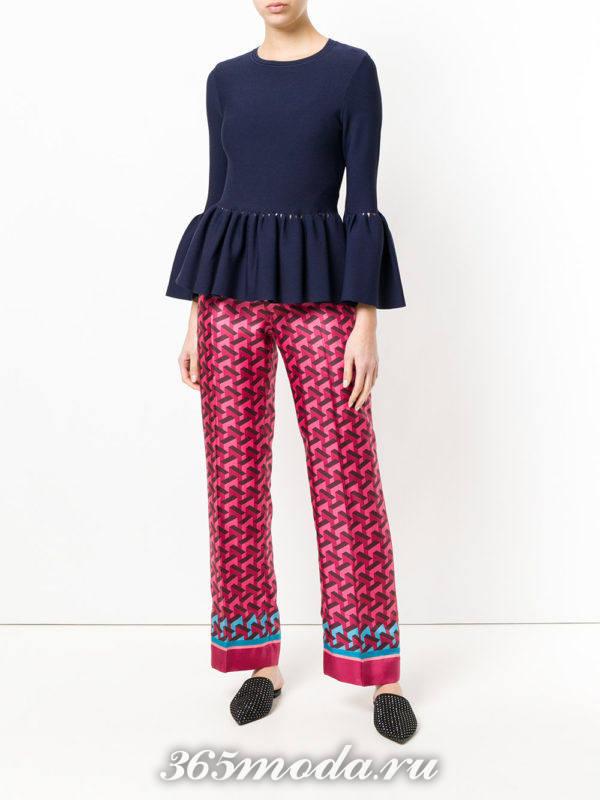 розовые брюки с принтом и кофта с оборками весна лето