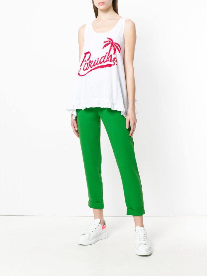 зеленые брюки и белая футболка весна лето