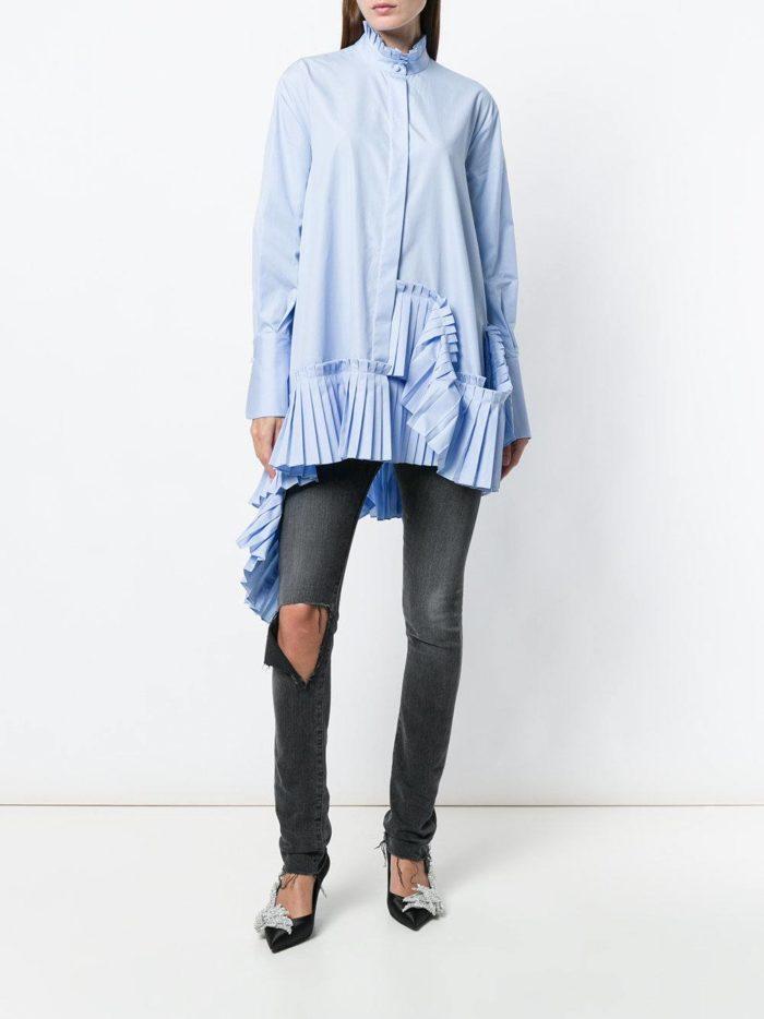асимметричная блуза с декором и джинсы весна лето
