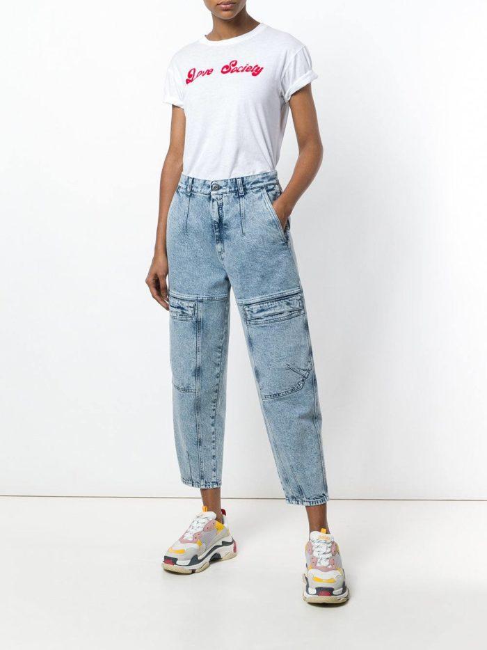 укороченные джинсы и белая футболка весна лето