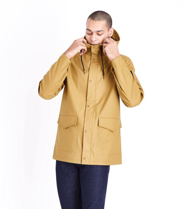 желтая мужская куртка