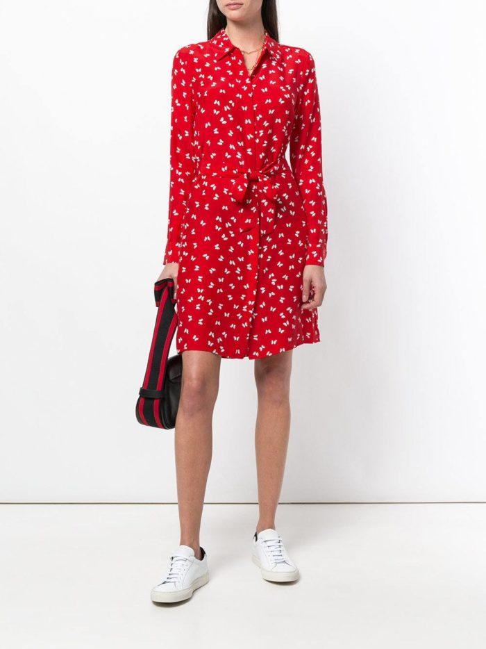 короткое красное платье-рубашка с поясом
