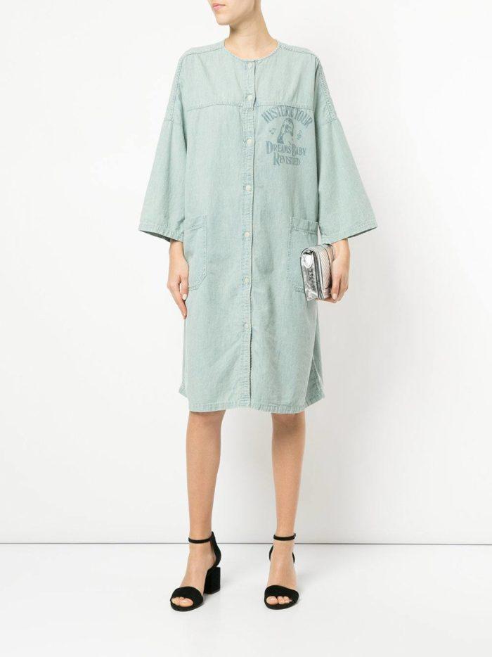 голубое прямое платье-рубашка с декором
