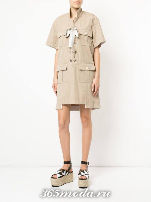 бежевое платье-рубашка с накладными карманами