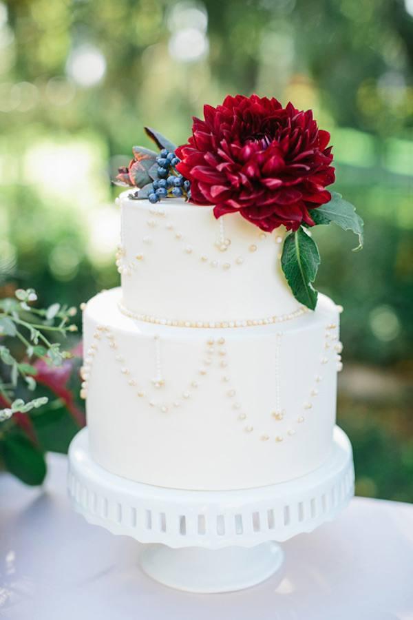 белый свадебный торт с цветком марсала