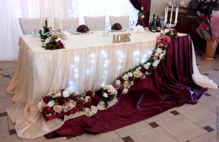 украшение зала с подсветкой свадьбы марсала