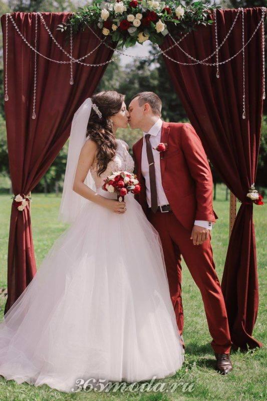 летняя свадьба марсала с декором