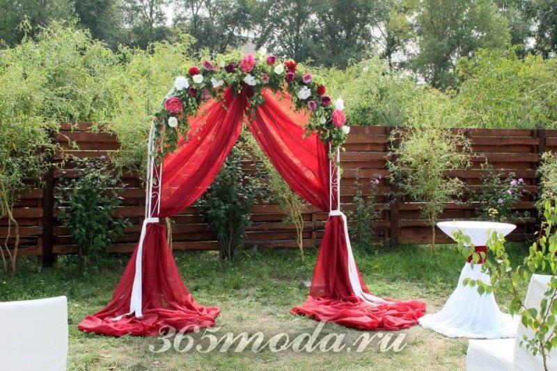 летняя свадьба марсала с аркой с цветами