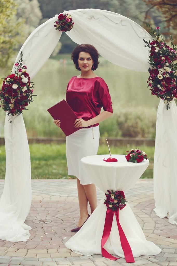 летняя свадьба марсала с аркой