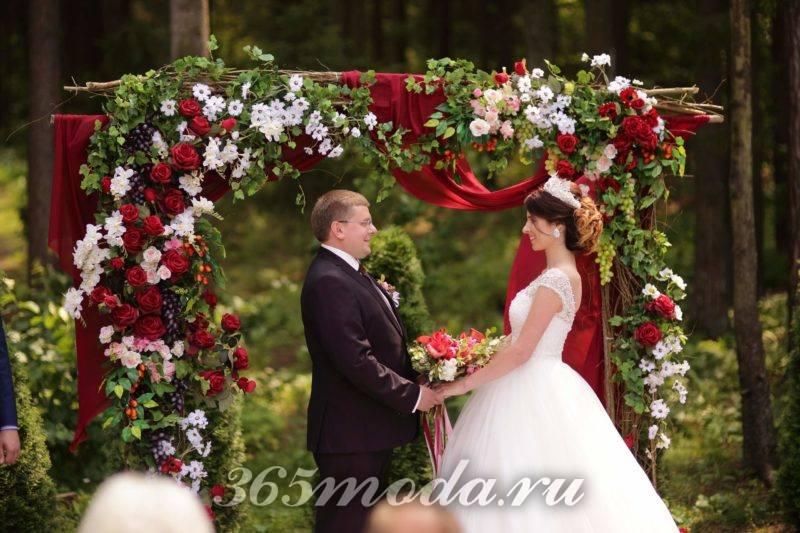 цветочная арка свадьбы марсала