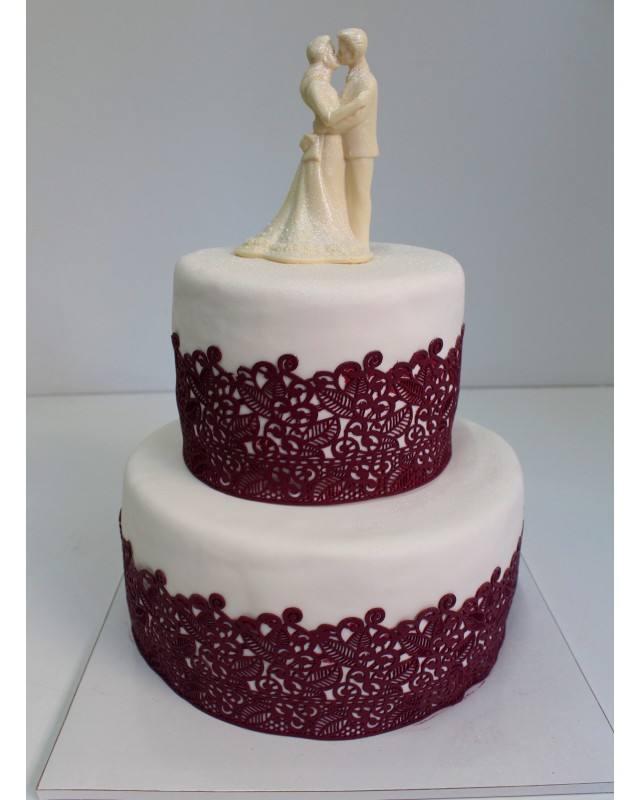 белый свадебный торт с кружевом марсала