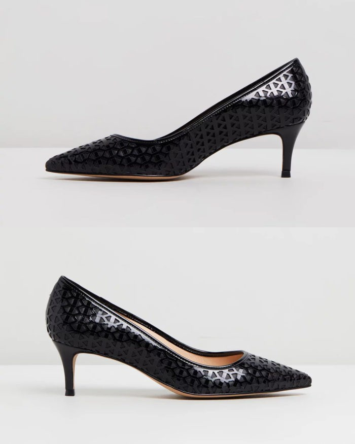 черные лакированные туфли с узорами